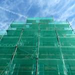 3 sposoby użytkowania siatki ochronnej na rusztowanie - ochrona pracowników, przechodniów i terenu budowy