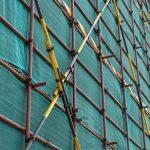 Siatka asekuracyjna – ochrona pracowników w czasie budowy
