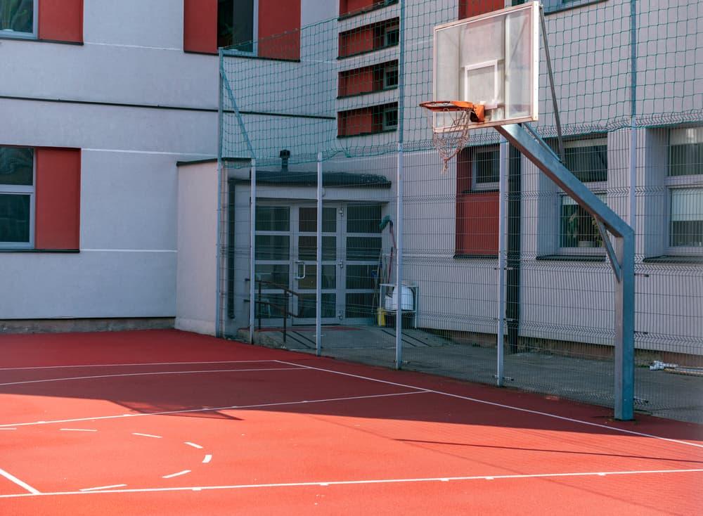 Boisko do koszykówki otoczone piłkochwytem - Sieci-siatki.pl