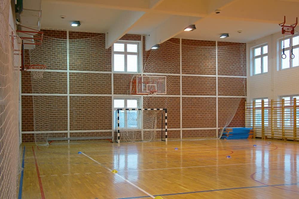 Sala gimnasSala gimnastyczna zabezpieczona siatką - sieci-siatki.pltyczna zabezpieczona siatką