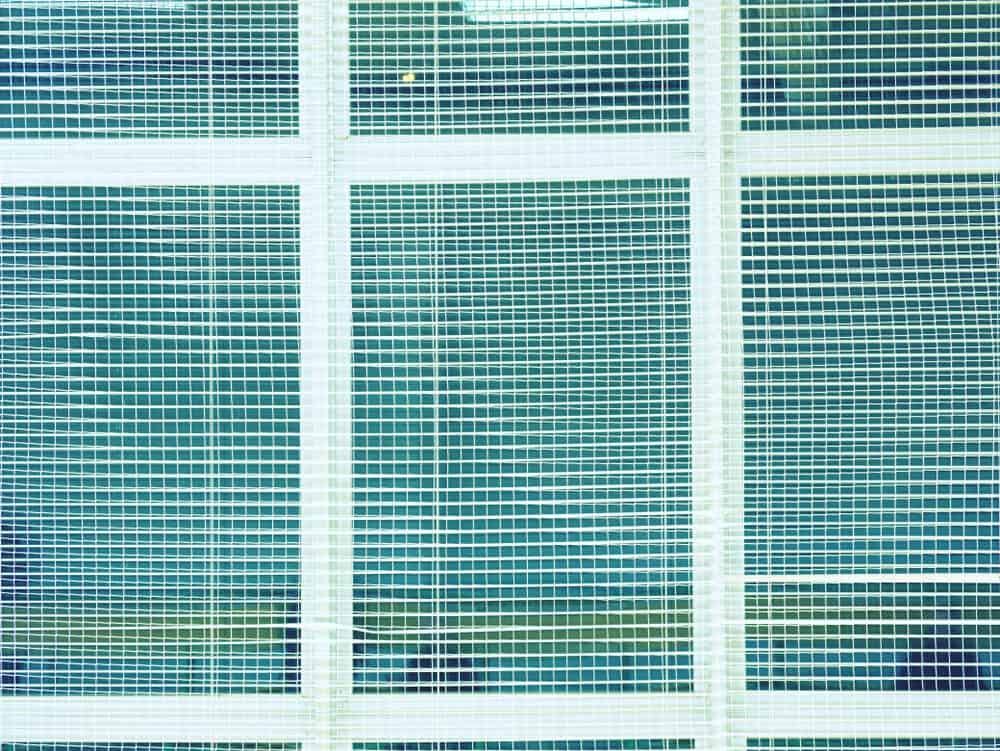 Siatka na okno w obiekcie sportowym