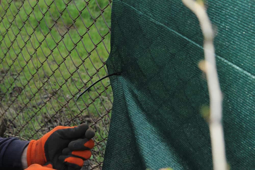 Siatka maskująca montowana na ogrodzenie