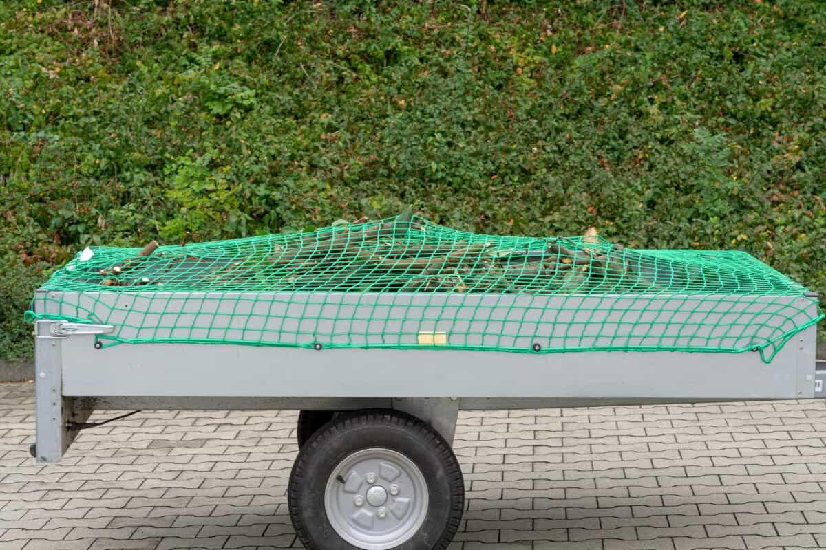 zielona siatka zabezpieczająca na przyczepie
