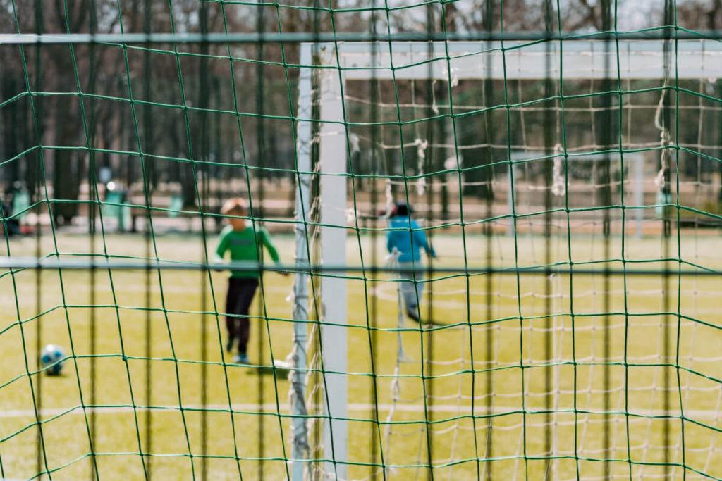 Siatka pleciona sznurkowa na boisku do piłki nożnej