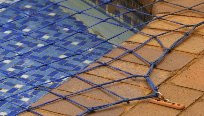 niebieska siatka ochronna na basen